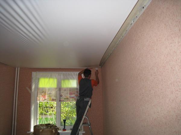 видео как натягивать потолок